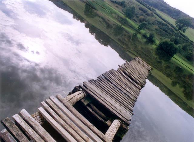 Le lac et la passerelle